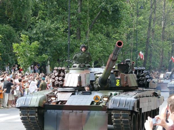 В Варшаве состоялся военный парад по случаю 87-й годовщины победы над Красной Армией
