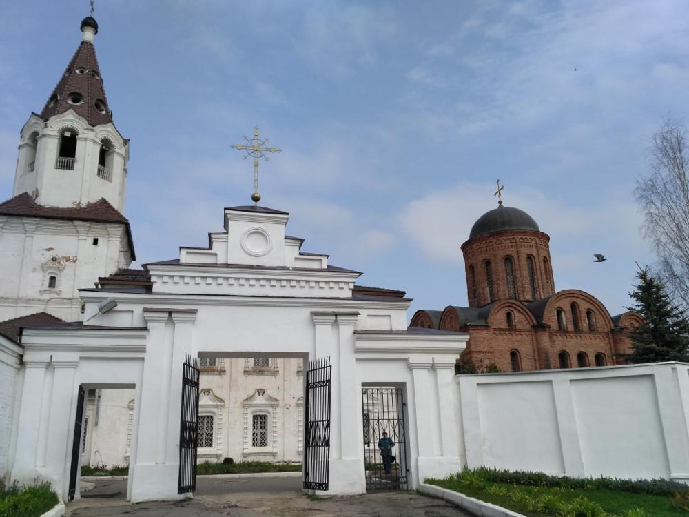 Петропавловская церковь. Самое древнее строение 1146 года (!) постройки - справа. Каким чудом оно пережило столько войн?