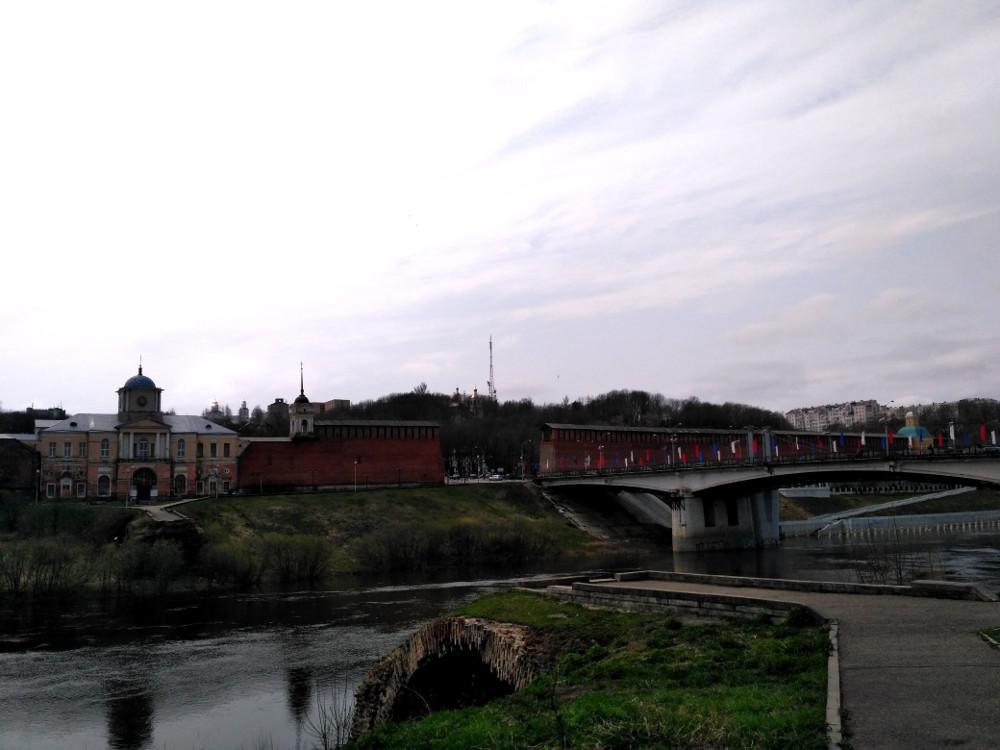 """Днепр, мост и остатки крепостной стены. На первом плане - """"смотровая площадка"""". Хотя, честно говоря, смотреть с неё особо не на что..."""