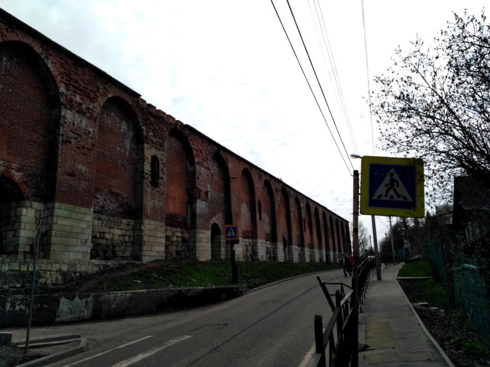 Улица Тимирязева и крепостная стена. Кстати не обольщайтесь - тротуар имеется не на всем её протяжении, особенно когда поднимаешься от реки