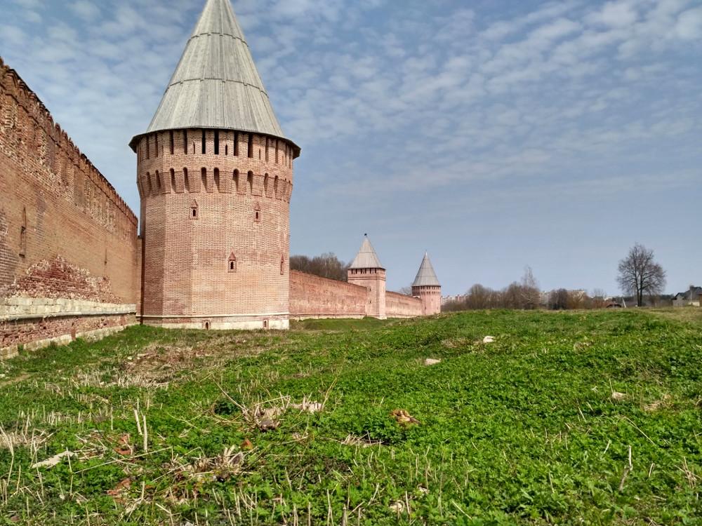 Снаружи (от улицы Исаковского) лучше понимаешь масштаб и мощь крепости Смоленск