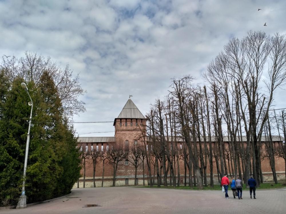 Моховая башня и часть стены на площади Победы