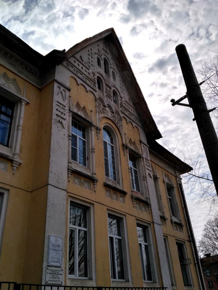Здание больницы общества Красного Креста (1910 г. постройки). Не совсем удачный пример ухоженности, но уж больно само здание интересное