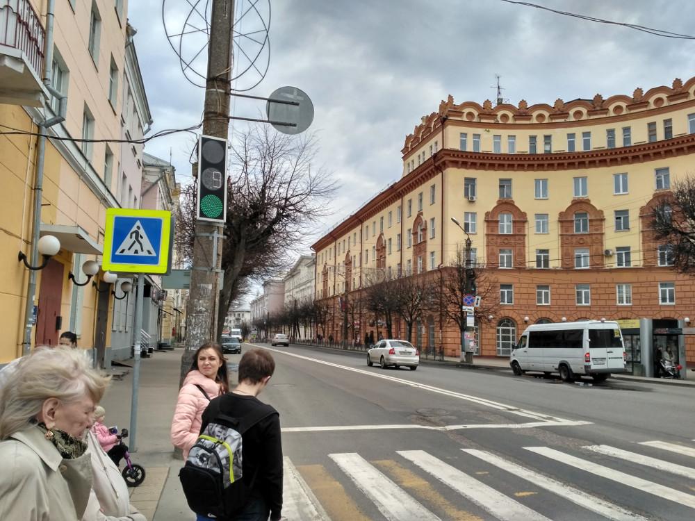 Угол улиц Дзержинского и Октябрьской Революции