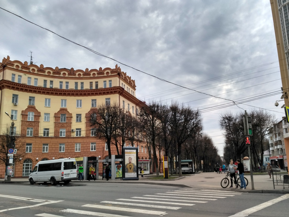 Основная часть пешеходной зоны улицы Октябрьской Революции начинается здесь - с угла улицы Дзержинского