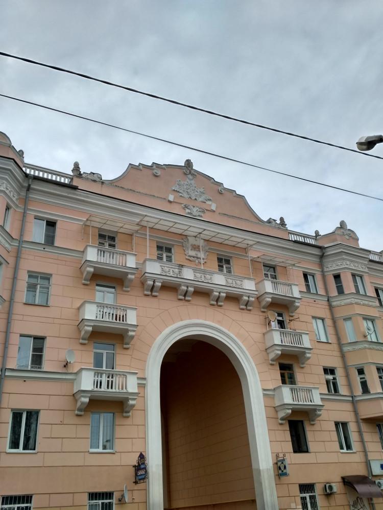 Симпатичный жилой дом на улице Пржевальского, рядом с Лопатинским садом