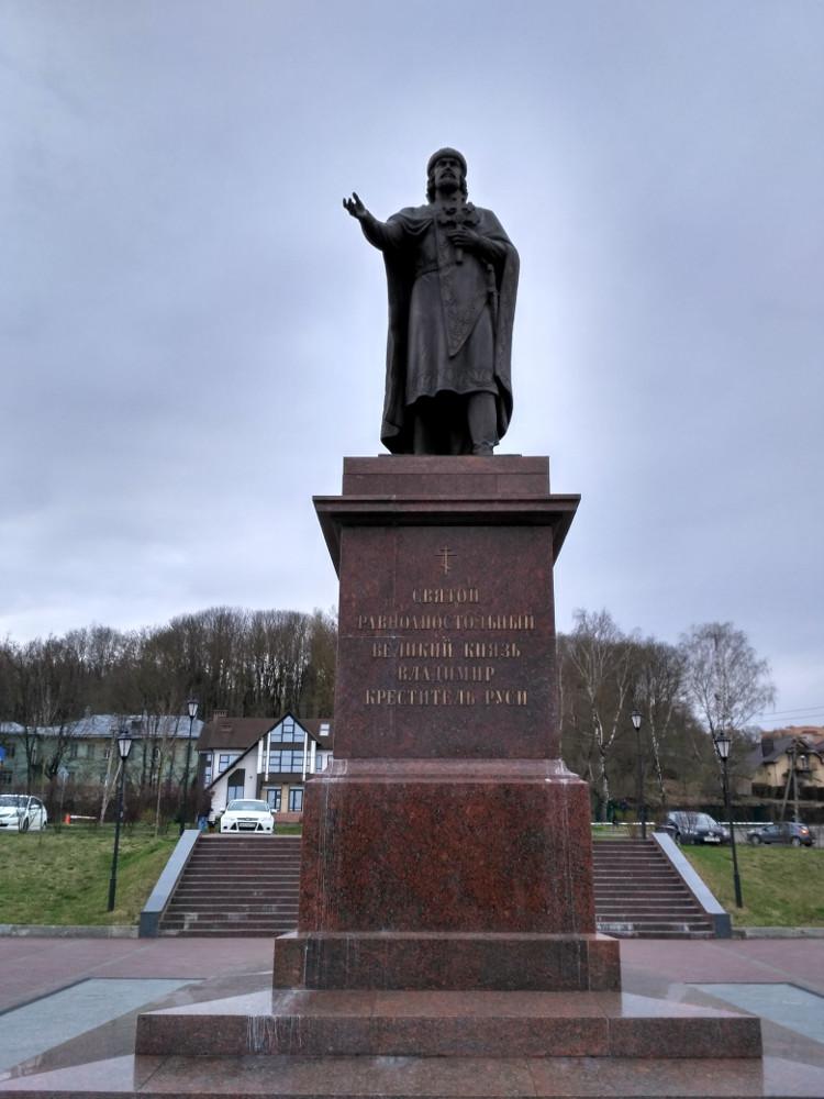 Памятник Владимиру Крестителю на днепровской Владимирской набережной