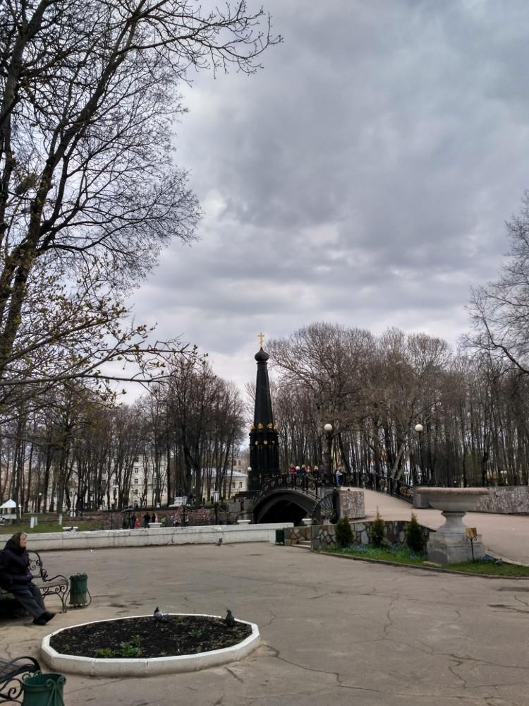Горбатый мост и памятник защитникам Смоленска в войне 1812 года в Лопатинском саду