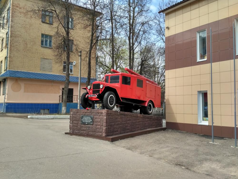 Памятник пожарным на улице Урицкого. Ну и машина уж больно хороша...