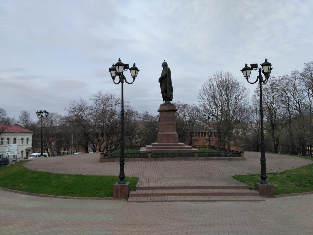 Памятник Кутузову стоит практически у подножия Успенского храма. Ну и куда же без усталого голубя на темечке великого полководца...