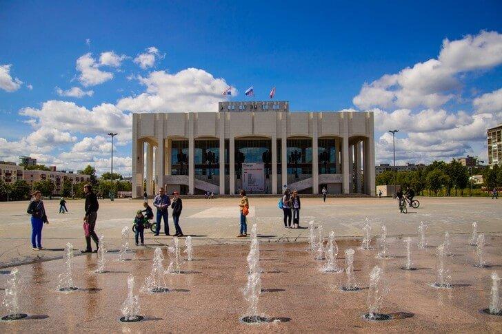 Пермский академический Театр-Театр. Современное здание театра построено в 1981 году и даже считается памятником архитектуры. Правда, только местного значения (фото с сайта top10.travel)
