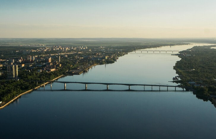Три пермских моста не назовешь уж очень красивыми. Но они вполне себе добротные (самому старшему, Железнодорожному - почти 120 лет) и верой и правдой служат городу. Фото с сайта top10.travel