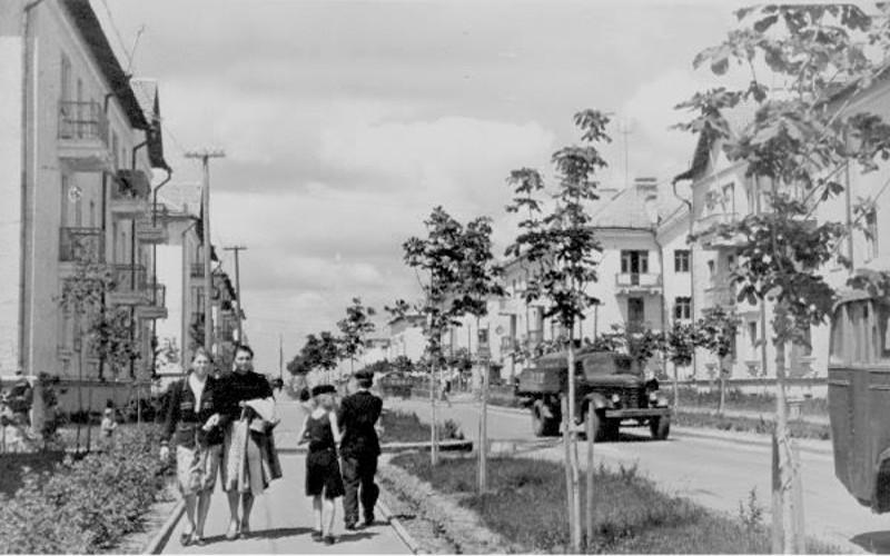 Вот так романтично, светло и красиво мой город выглядел в самом начале, когда деревья ещё не были большими… Фото с сайта svetlovodsk.com.ua