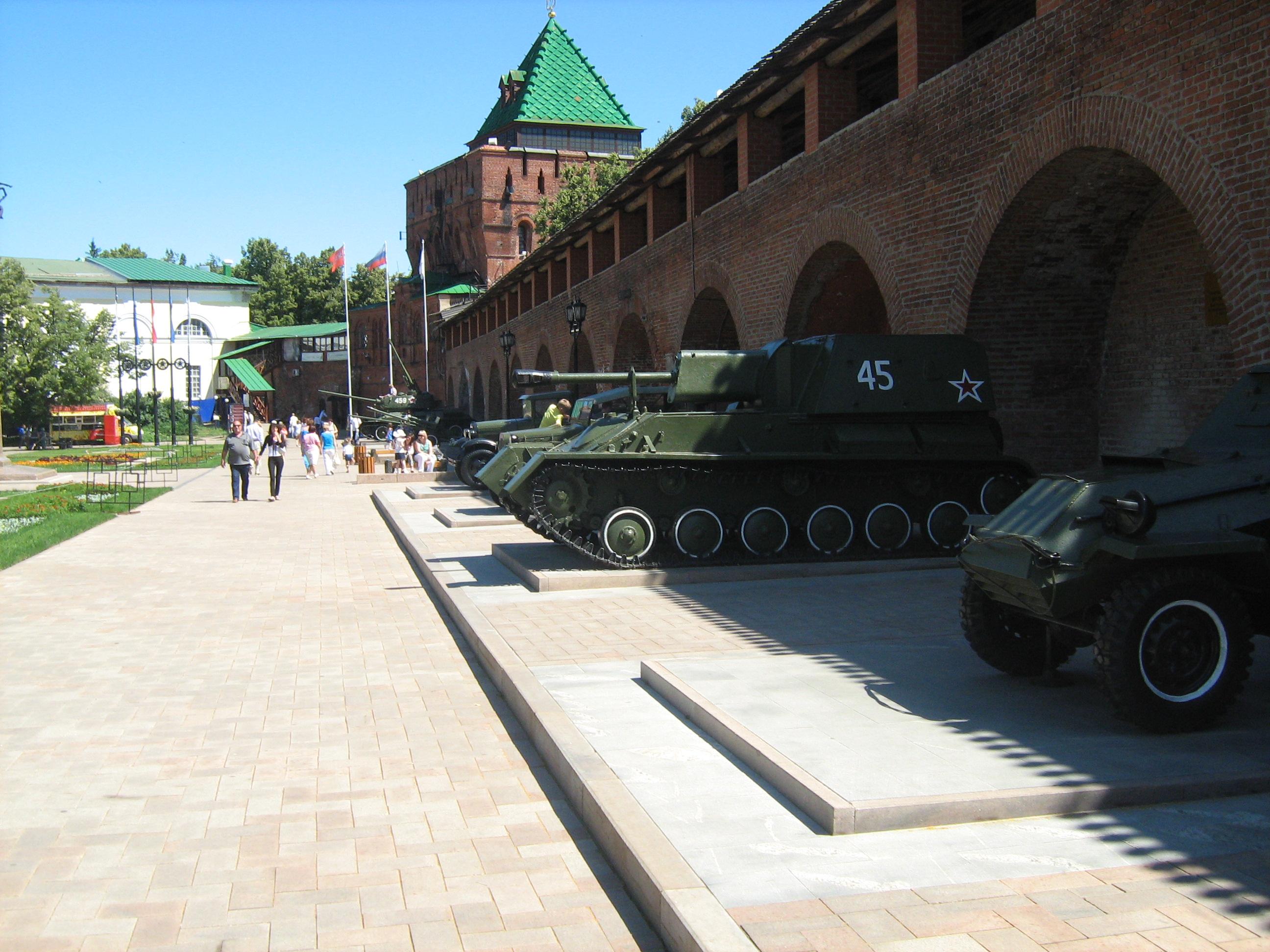 Музей под открытым небом. За выставкой техники – надвратная Дмитровская башня. С неё можно попасть на крепостную стену