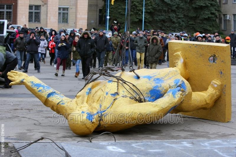Кое-кто даже каску надел. Наверное, со страху, что Ильич все-таки напоследок шарахнет мощной рукой по бестолковке какого-нибудь особо ретивого победителя «революции гидности». А они даже покрасить поверженного вождя в желто-блакитный толком не смогли, халтурщики… Фото с сайта svetlovodsk.com.ua