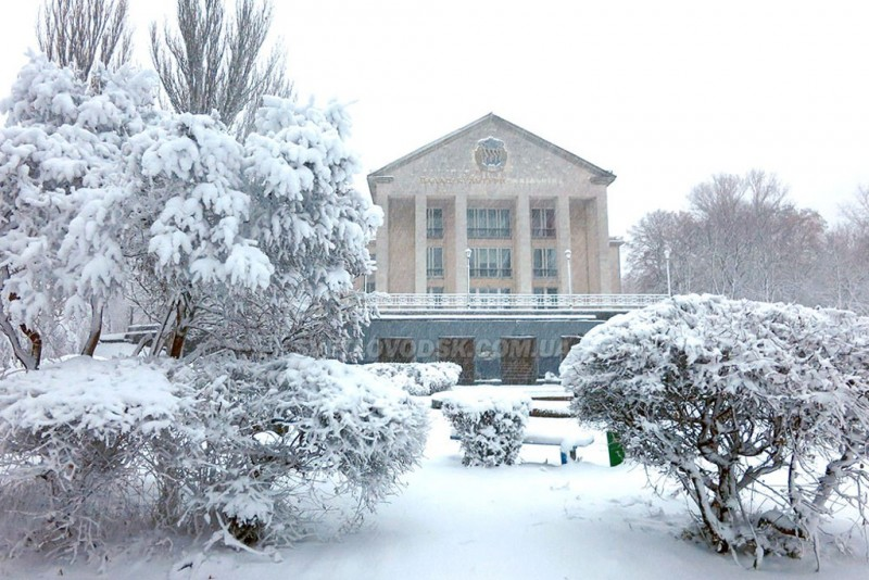 Самое большое и, я считаю, самое красивое здание в городе, построенное гидростроителями в 1961 году, великолепно выглядит со всех сторон, но особенно эффектно – с моря (фото с сайта svetlovodsk.com.ua)