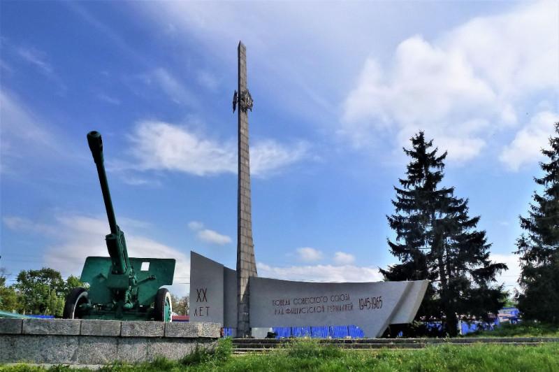 Знаменитый в пределах Светловодска «Обелиск», давший название целому городскому району, установлен в честь 20-летия Победы (фото с сайта lookmytrips.com)