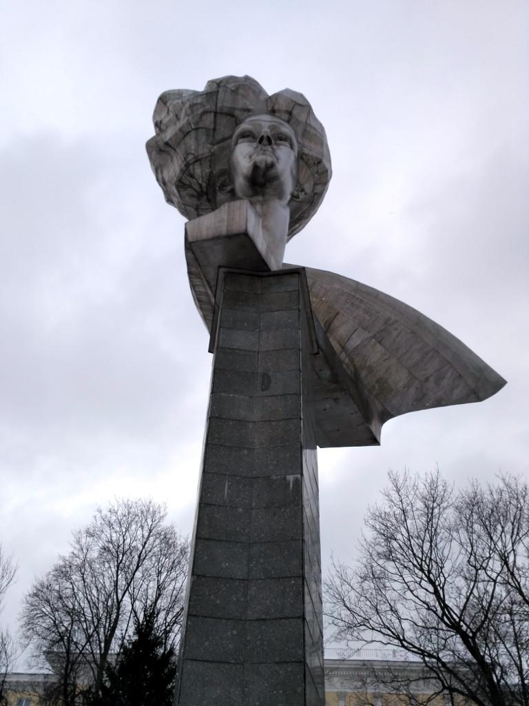 Монумент в память молодых революционерок установлен на Вокзальной площади в 1977 году, к 60-летию Революции. Образ революционерки собирательный, но на этом месте в 1905 году погибла от рук черносотенцев одна из них – Ольга Генкина.