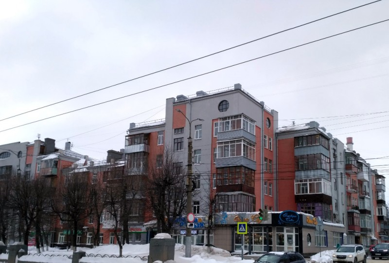 Жилой дом Ивановского горсовета 1928-1929 гг. Выглядит неплохо, вот только уж очень портят историческое здание самопальные «скворешники» жильцов…