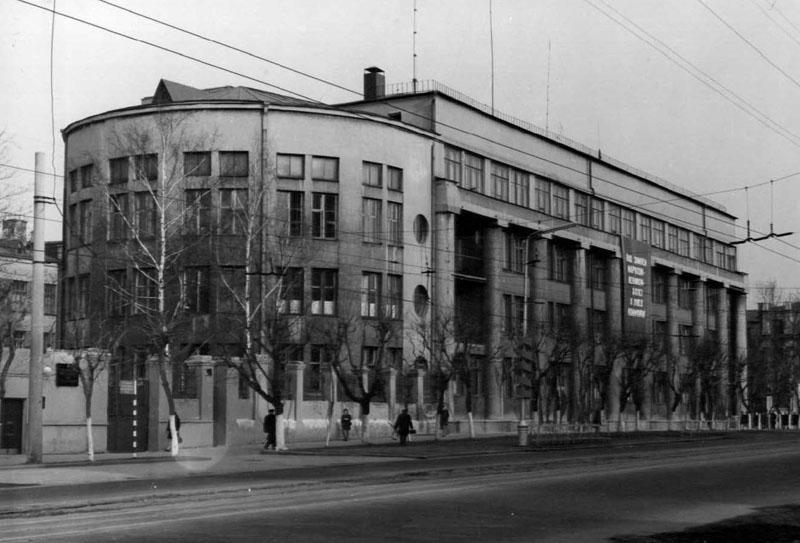 Сегодня Дом-пуля (1932 г.) находится в аварийном состоянии и занавешен огромными рекламными плакатами, скрывающими его необычность. Фото с сайта ivanovoredthread.ru