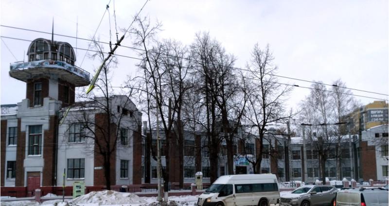 «Дом-птица» - школа имени X-летия Октября, построена в 1927-1928 гг. и, в отличие от многих других ивановских достопримечательностей того же периода, выглядит относительно прилично. Почему «птица»? Не знаю. Говорят, похожа на птицу, если смотреть сверху…