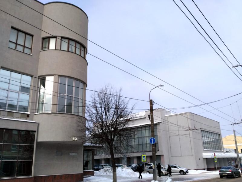 Слева – здание Ивсельбанка (1928 г.), так по ранне-советской традиции, сокращали название Ивановского сельскохозяйственного банка. А справа – здание Ивановской филармонии. Свой облик, столь полно гармонирующий с банком, оно получило только в 1964 году