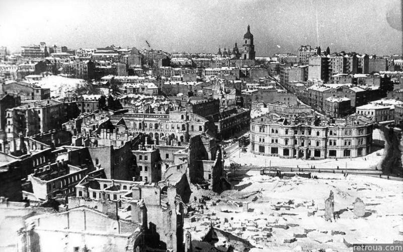 Будущий Майдан и Крещатик в 1944 году. Собственно восстанавливать тут почти и нечего… Фото с сайта retroua.com