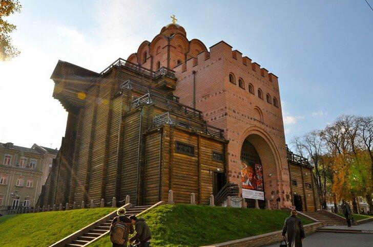 Золотые ворота. Когда-то самые западные ворота древнего Киева. Построены около 1037 года, во время правления Ярослава Мудрого. В 1240 году были практически разрушены и так простояли почти 750 лет. Современный вид приобрели в 1982 году, к празднованию 1500-летия Киева. Фото с сайта top10.travel