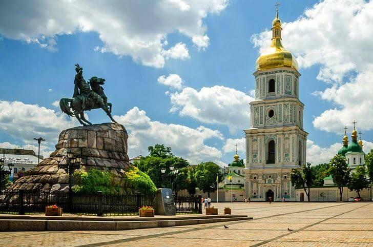Колокольня Софийского собора и Богдан Хмельницкий. Фото с сайта top10.travel