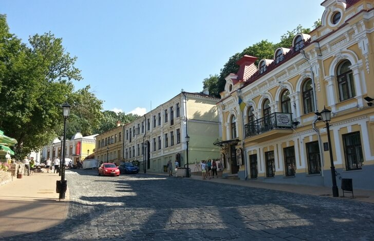 Андреевский спуск сегодня – не только аналог московского Арбата по назначению, но ещё и просто красивая улица. Фото с сайта с сайта top10.travel