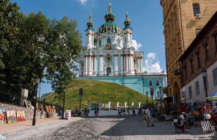 Вид на Андреевскую церковь с Андреевского спуска. Фото с сайта top10.travel