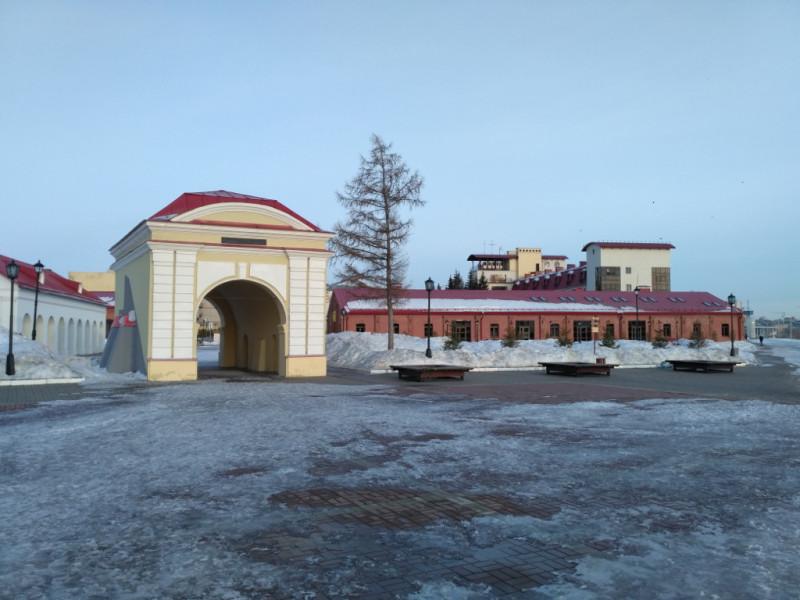 Тобольские ворота второй Омской крепости (1791-1794 гг.). За ними просматриваются оставшиеся крепостные сооружения (денежная кладовая, казармы, мастерские, артиллерийский цейхгауз), но все они значительно более поздней постройки