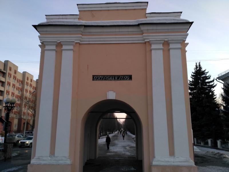 Тарские ворота (1792 г.). От старых ворот удалось спасти только табличку с годом постройки, которую при сносе выхватили буквально из под гусениц бульдозера