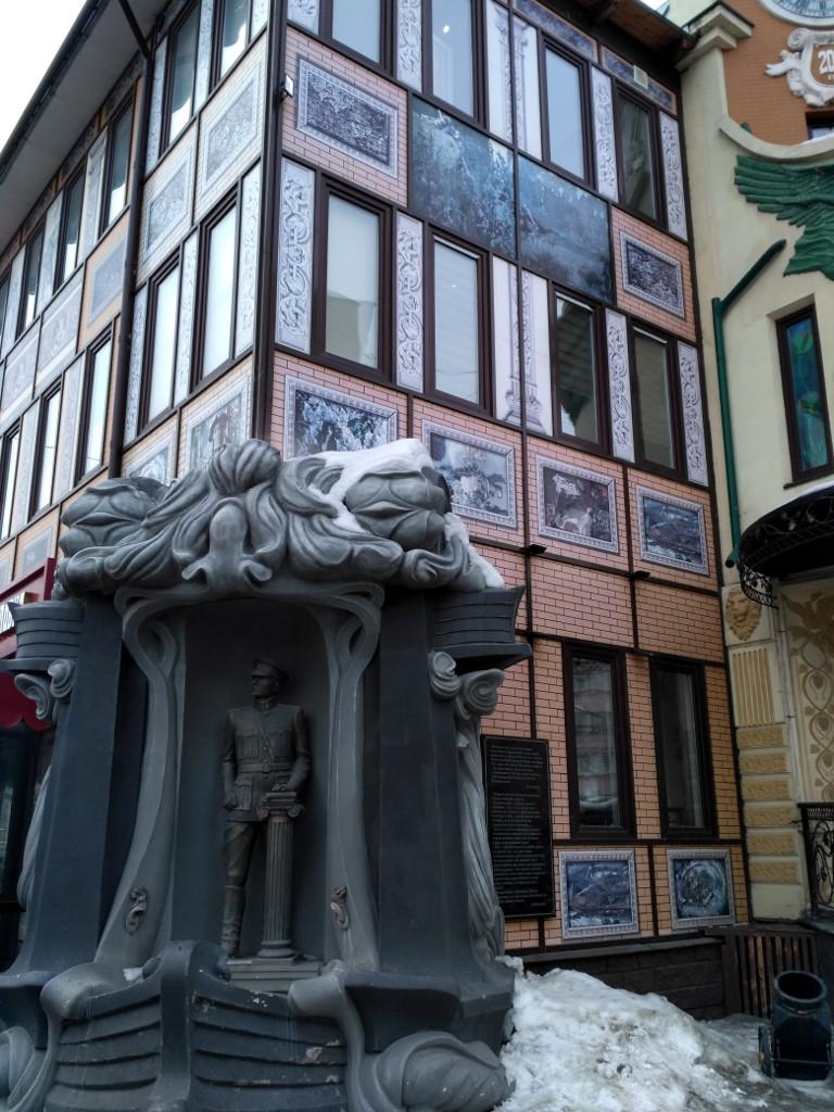 В угол здания встроен памятник Верховному. Немного претенциозно и пафосно, тем более памятник при ресторане это как-то… Но, видимо, другого места не нашлось. Уж больно фигура в нашей истории неоднозначная