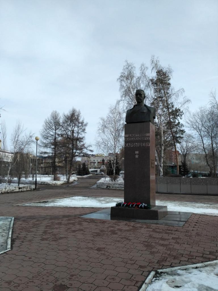 Памятник ещё одному уроженцу Омска, Герою Советского Союза генералу Карбышеву