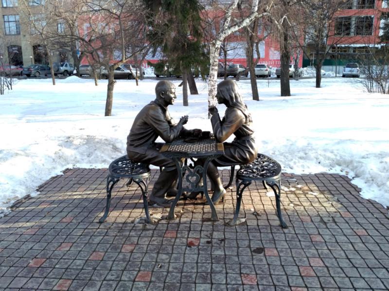 """Памятник влюбленным """"Встреча"""" на набережной Оми. Никто им на свете не нужен, сидят, разговаривают и снега не замечают. Любовь!"""