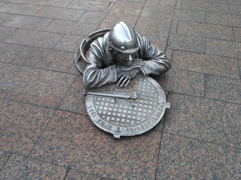 Ещё один современный символ Омска, разошедшийся на сувениры – Слесарь Степаныч, выбравшийся на перекур на тротуар улицы Ленина