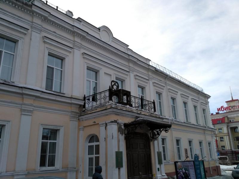 Сегодня генерал-губернаторский дворец занимает Омский областной художественный музей имени Врубеля (я же говорил, что ещё встретимся), что, видимо, объясняет наличие странного железного то ли кресла, то ли трона над его парадным крыльцом
