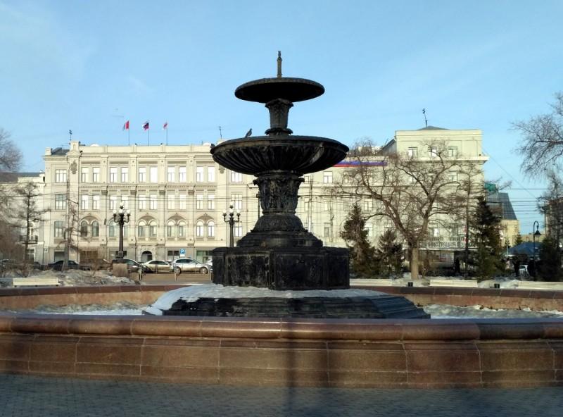 На заднем плане – здание Городского совета Омска (1915-1917 гг.) и сегодня занимаемое Администрацией города