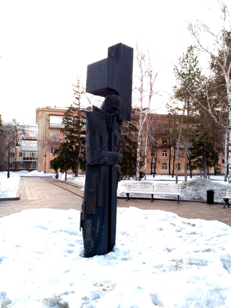 Кстати, памятников Достоевскому в Омске я насчитал целых три…