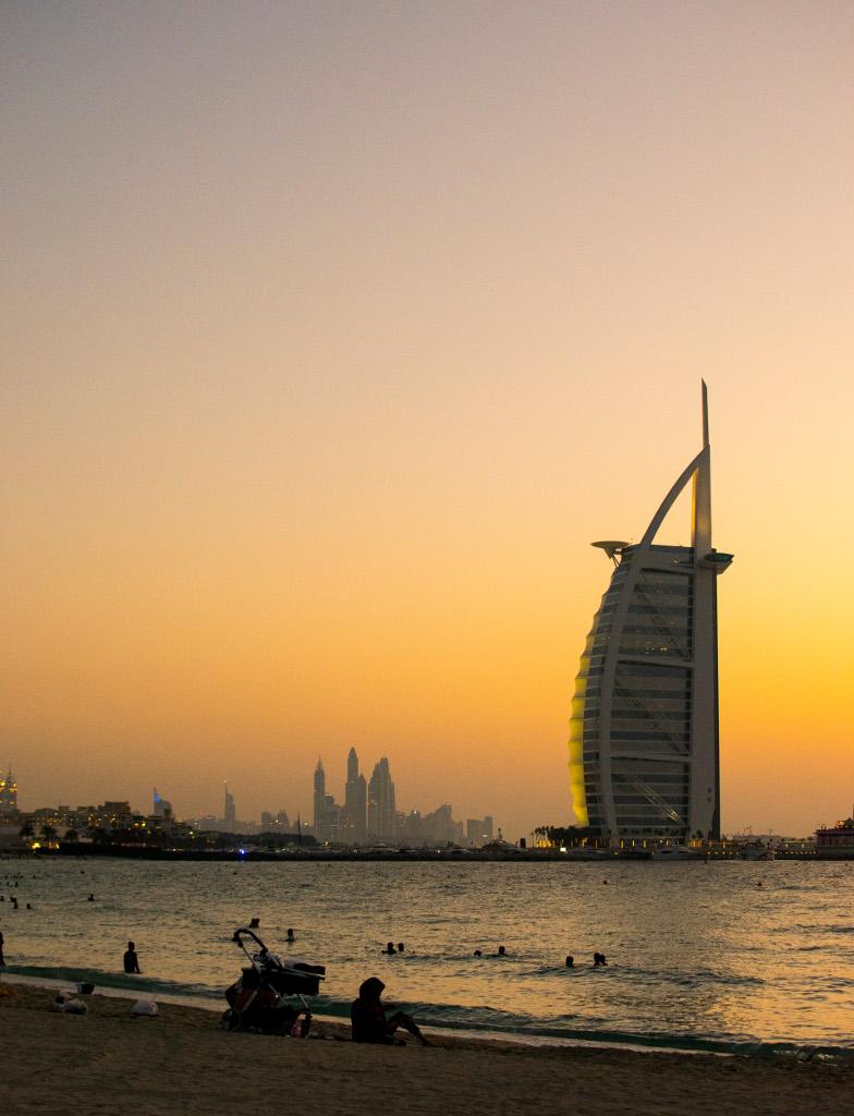 Закат на Jumeirah Public Beach, вид на Burj Al Arab