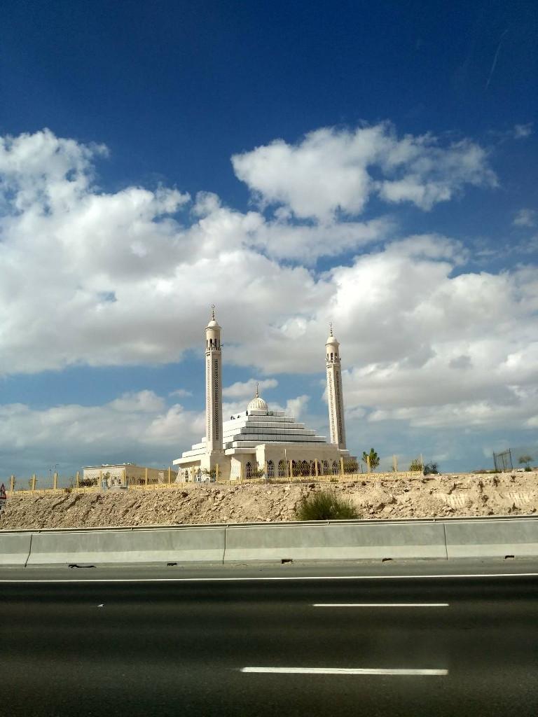 Интересная мечеть, такое ощущение, что просто на дороге, поселения рядом не видел