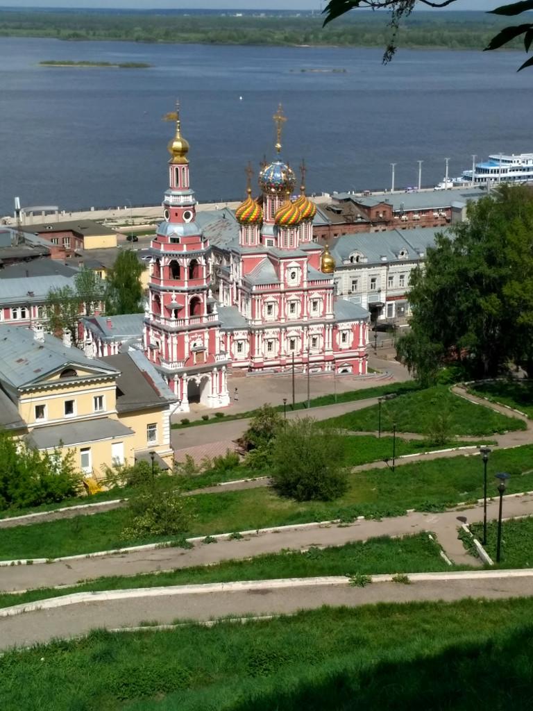 Сверкающая на солнце куполами, как новогодняя игрушка, Рождественская церковь. Ну и, конечно, Волга