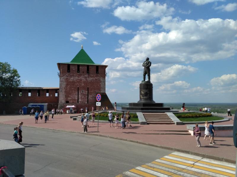 Георгиевская башня и памятник Чкалову, заслуженной гордости Нижегородской земли