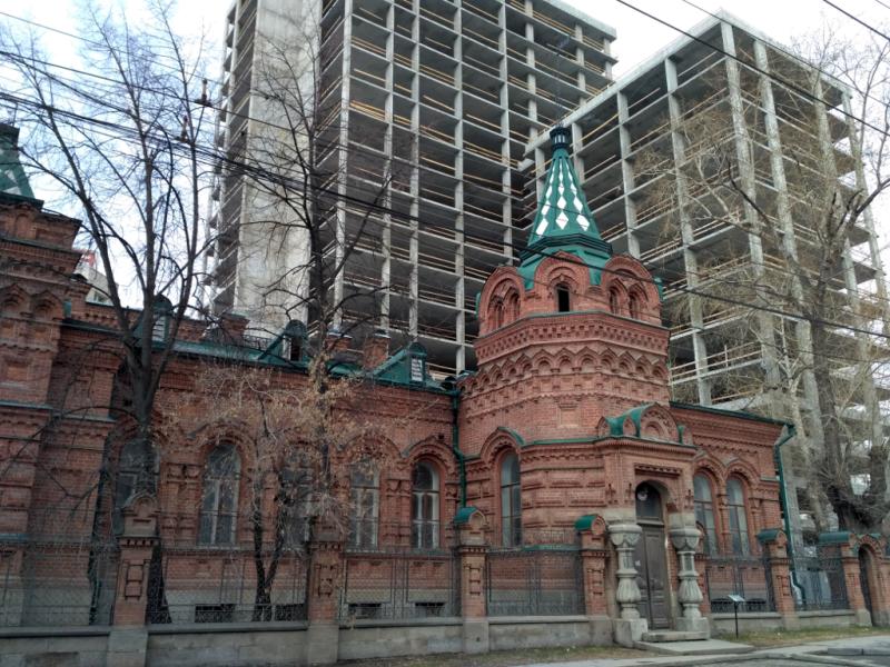 Вот вам пример: шикарное историческое здание – усадьба золотодобытчика Железнова (1892-1895 гг.) на фоне строящегося бизнес-центра