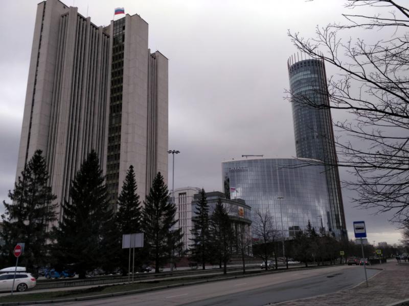 """Улица Бориса Ельцина. Слева направо – правительственный """"Белый дом"""", здание Законодательного собрания, отель """"Hyatt"""" и башня """"Исеть"""" – самое высокое здание города (более 200 метров). Как ни удивительно, но её главное назначение – жилой дом!"""
