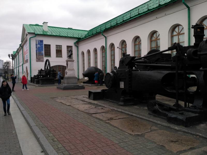 Железки оказались на этом месте не случайно. За ними – исторические корпуса бывшей Екатеринбургской механической фабрики, основанной в 1723 году и давшей начало городу