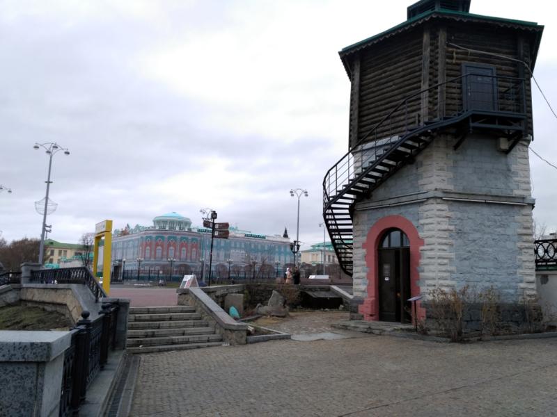 Заводская водонапорная башня и главный открыточный символ города - дом Севастьянова (середина XIX века), который, к сожалению (или к счастью?) был на реконструкции