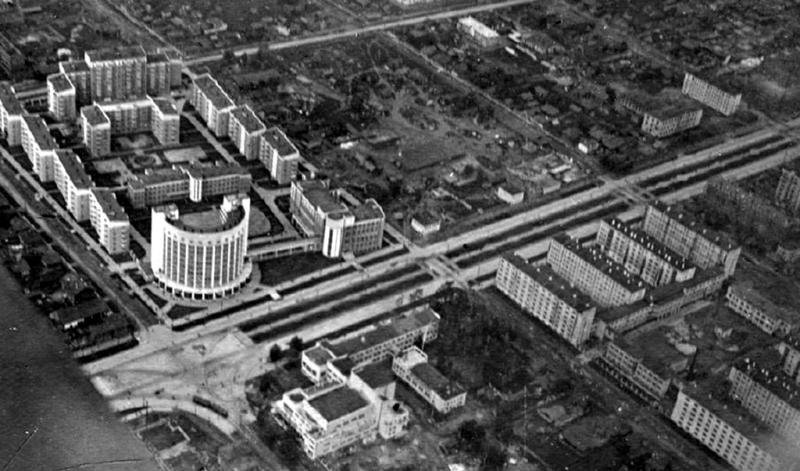 А вот так вся эта красота выглядела сразу после постройки, в 1937 году, с борта самолета. Ну чем не город будущего на фоне мелких частных домишек?! Фото с сайта nashural.ru