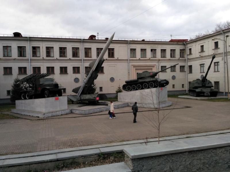 Кстати, зенитная ракета комплекса С-75 точно такая же, какой 1 мая 1960 года сбили шпионский U-2 Пауэрса под Свердловском. А в самом здании много лет существовал музей, рассказывающий об этом эпохальном для военных событии
